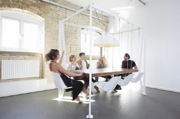 Lo Swing Table, il tavolo altalena di Duffy London