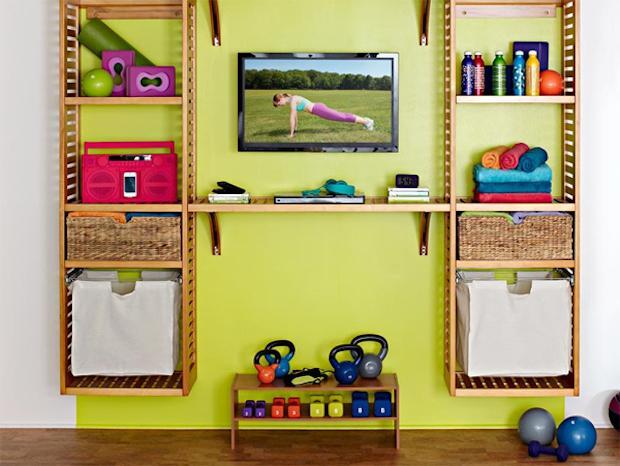 Parete con attrezzi per fitness in casa esposti, da homemydesign.com