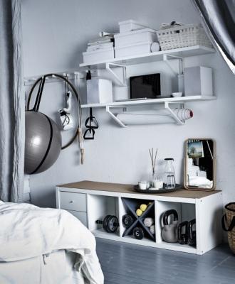 Un angolo nascosto per l'attrezzatura fitness, da Ikea