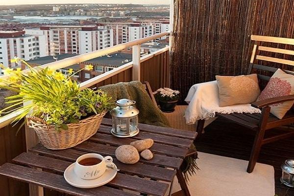 Tavolino e sedia pieghevoli, tappeto e piantina ed è subito angolo del tè sul balcone