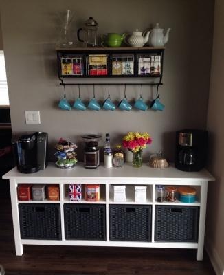 Mensole, ganci e contenitori sono ideali per organizzare l'angolo del tè