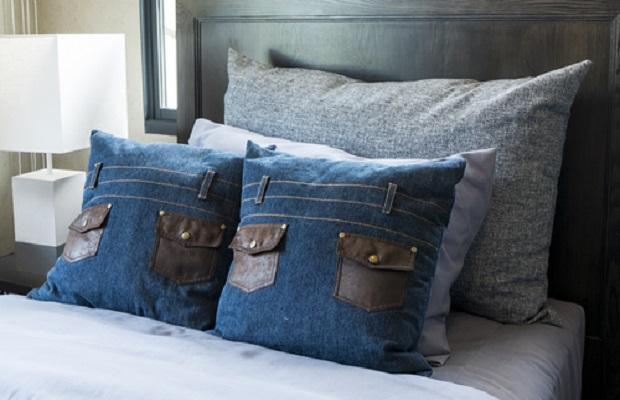 La stoffa jeans si presta alla realizzazione di versatili federe di cuscini