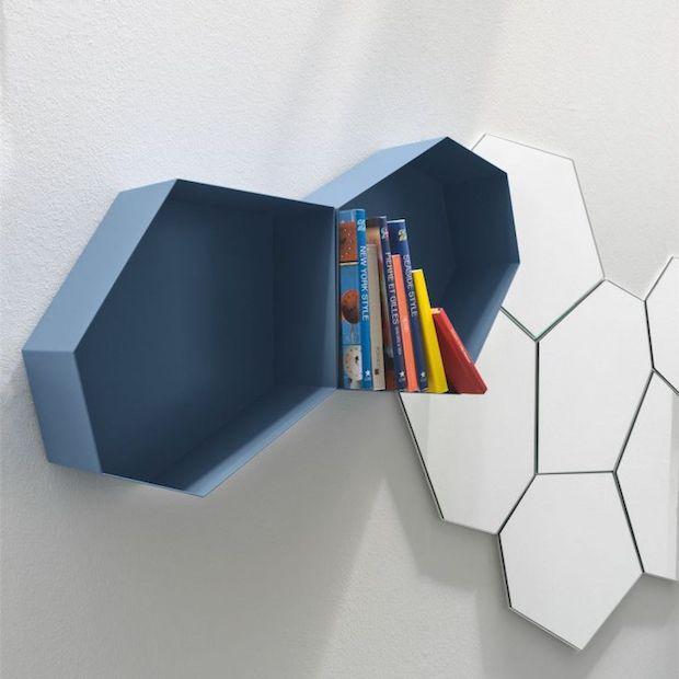 Libreria componibile con moduli esagonali a parete, da Calligaris