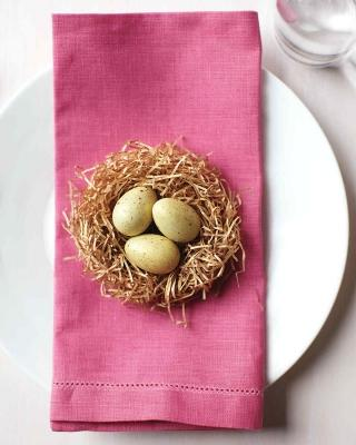 Un nido con le uova sul tovagliolo, da marthastewart.com