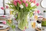 Un bel mazzo di fiori protagonista della tavola di Pasqua, da drivenbydecor.com