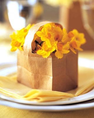 Un cestino di fiori come segnaposto pasquale, da marthastewart.com