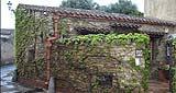 Edificio tradizionale siciliano con grondaie di cotto