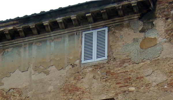 Tracce dei colori originari e più stratificazioni nel sottogronda