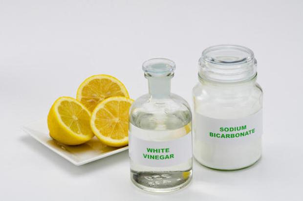 Aceto e bicarbonato, una soluzione efficace per sbiancare i cuscini ingialliti