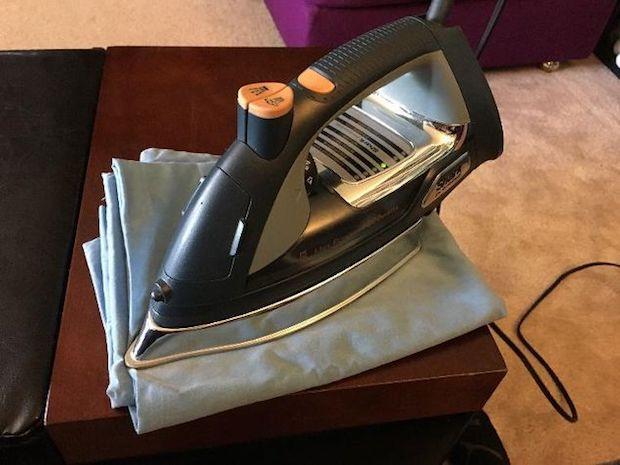 Ferro da stiro per smacchiare il legno, da hometalk.com