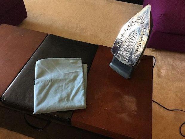Ferro da stiro per eliminare le macchie bianche dal legno, da hometalk.com