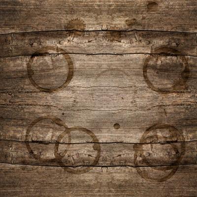 Come eliminare gli aloni dei bicchieri dal legno