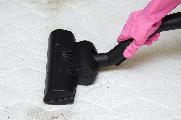 Passare l'aspirapolvere prima di igienizzare il materasso