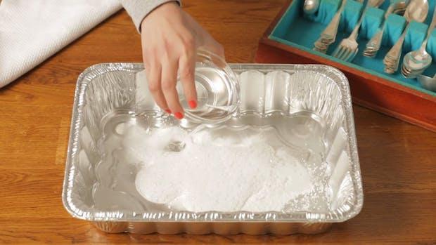 Pulire l'argento con il sale grosso, da thekitchn.com