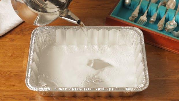 Pulire l'argento con il sale grosso in una teglia di alluminio, da thekitchn.com