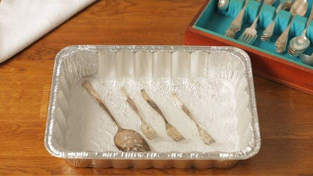 Sale grosso e alluminio per pulire l'argento, da thekitchn.com
