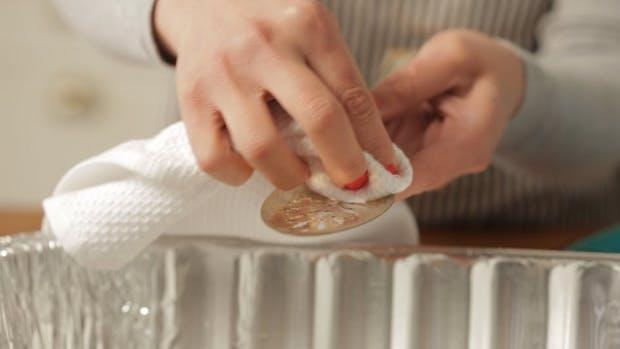 Asciugare bene l'argenteria dopo averla pulita con il sale grosso, da thekitchn.com
