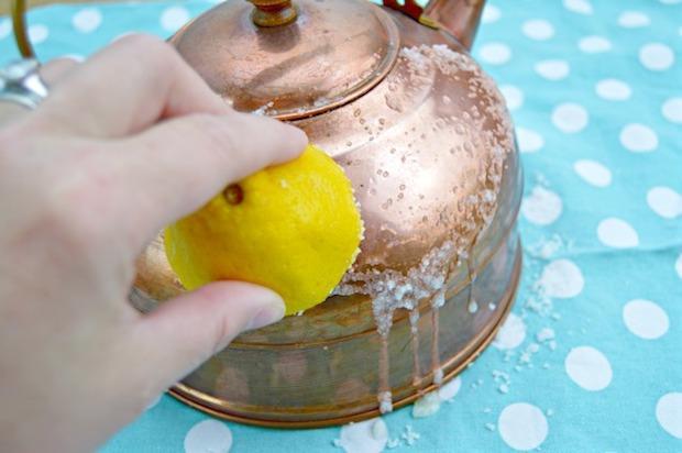 Pulire l'argenteria con limone e bicarbonato, da mom4real.com