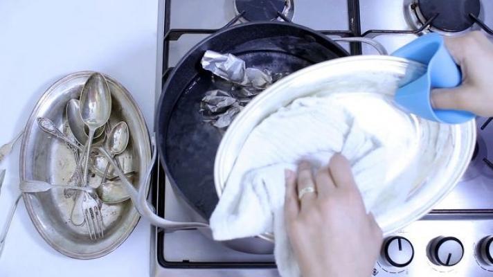 Sale e alluminio per pulire l'argento, da hometalk.com-2