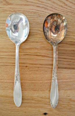 Lucidare i cucchiaini d'argento: prima e dopo, da mom4real.com
