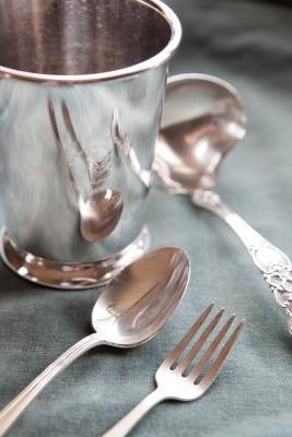 Come pulire e lucidare l'argento annerito, da thekitchn.com