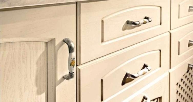 Rinnovare la cucina sostituendo le maniglie dei mobili