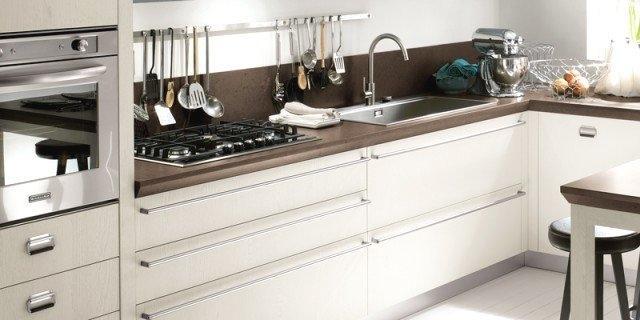 Foto rinnovare la cucina sostituendo le maniglie dei mobili - Barra portautensili cucina scavolini ...
