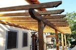 Pergola addossata in legno su misura, di Santangeli Legnami