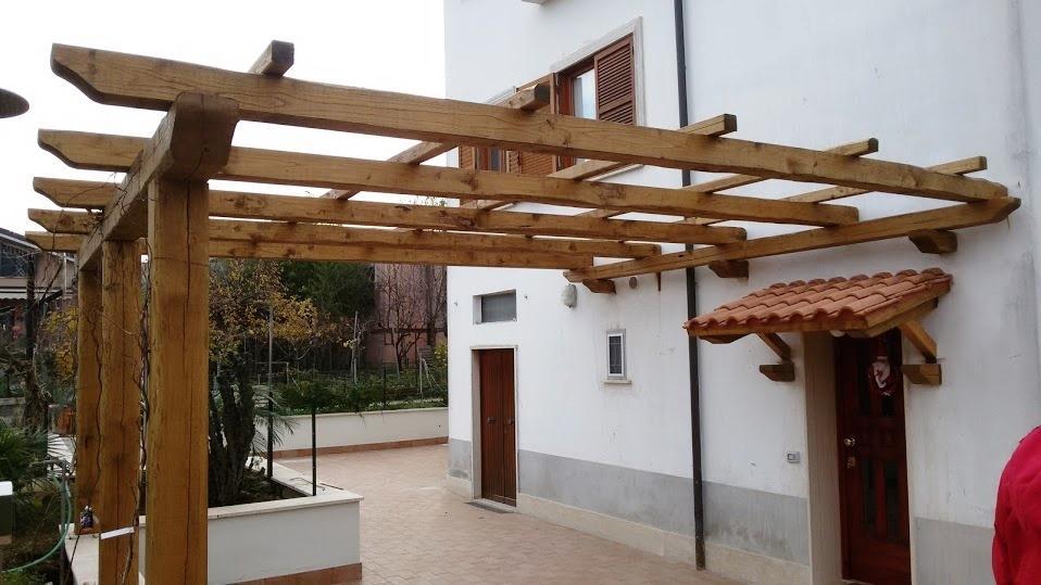 Terrazzo con pergola in castagno, di Santangeli Legnami