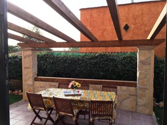 Zona pranzo terrazzata con pergola in legno, di Santangeli Legnami
