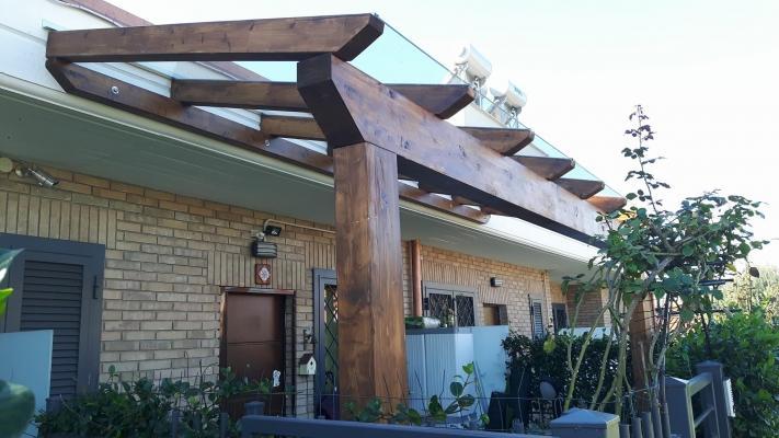 Terrazzo con pergolato in legno su misura