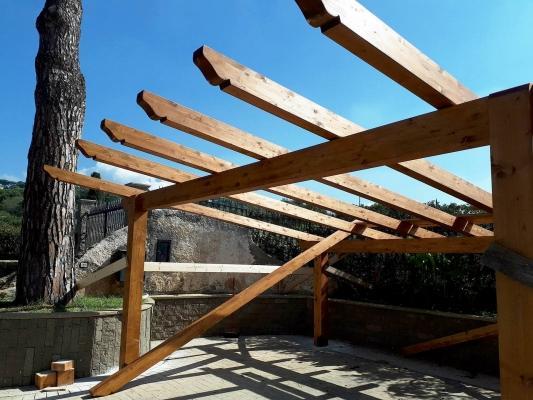 Pergola in legno addossata, realizzata da Santangeli Legnami