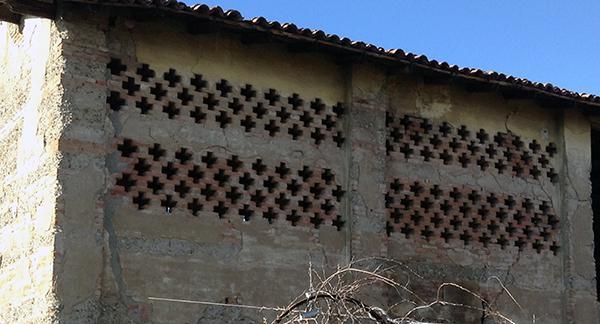 Mandolato tradizionale di mattoni pieni in un edificio rurale bolognese