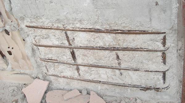 L'esposizione dei ferri di un pilastro in cemento armato ammalorato, Diasen