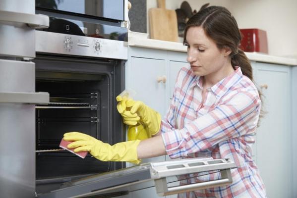Come utilizzare correttamente i prodotti per pulire il forno