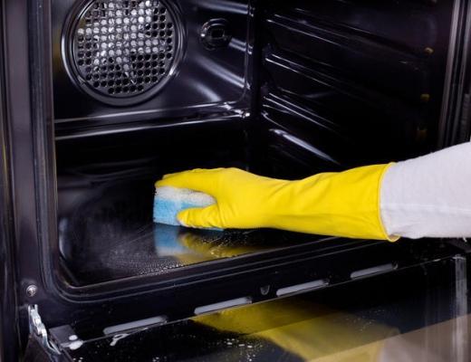 Bicarbonato, aceto e limone: i prodotti naturali per pulire al meglio il forno