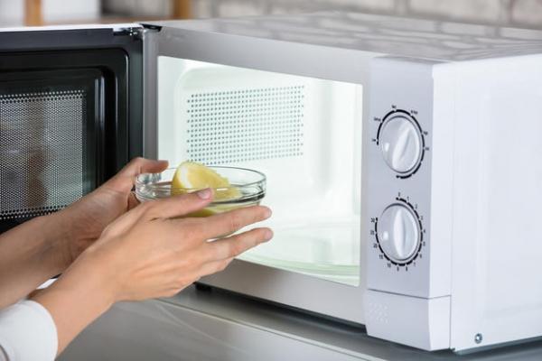 Pulire il forno a microonde con acqua e limone