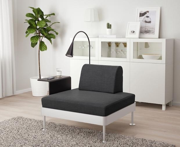 Poltrona con tavolino e lampada integrati, da Ikea