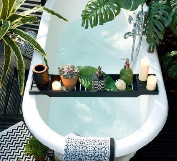Basta un'asse di legno per realizzare un angolo green nella vasca da bagno, da Pinterest