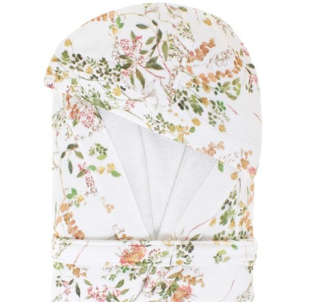 Facciamoci coccolare dal soffice abbraccio dell'accappatoio con decori floreali di Coincasa