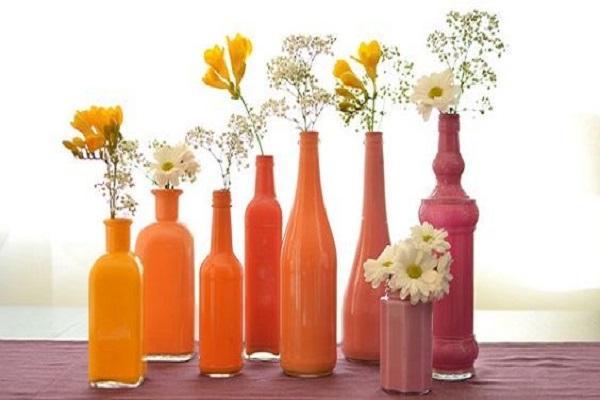 Riciclare le bottiglie per realizzare piccoli angoli fioriti in casa
