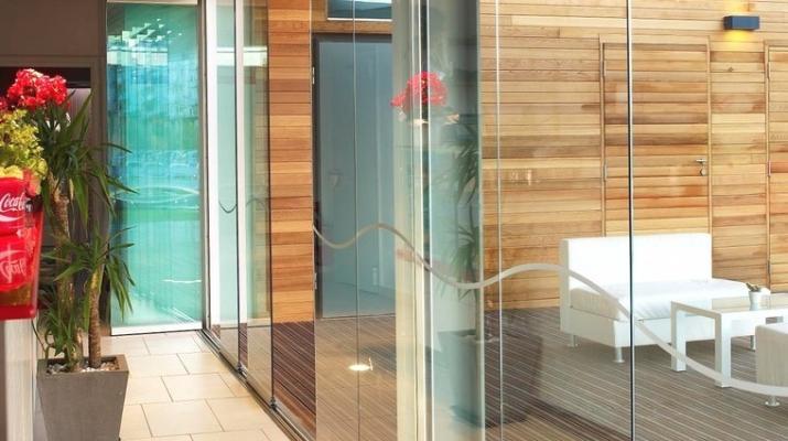 Veranda vetrata con decori, di Sunroom