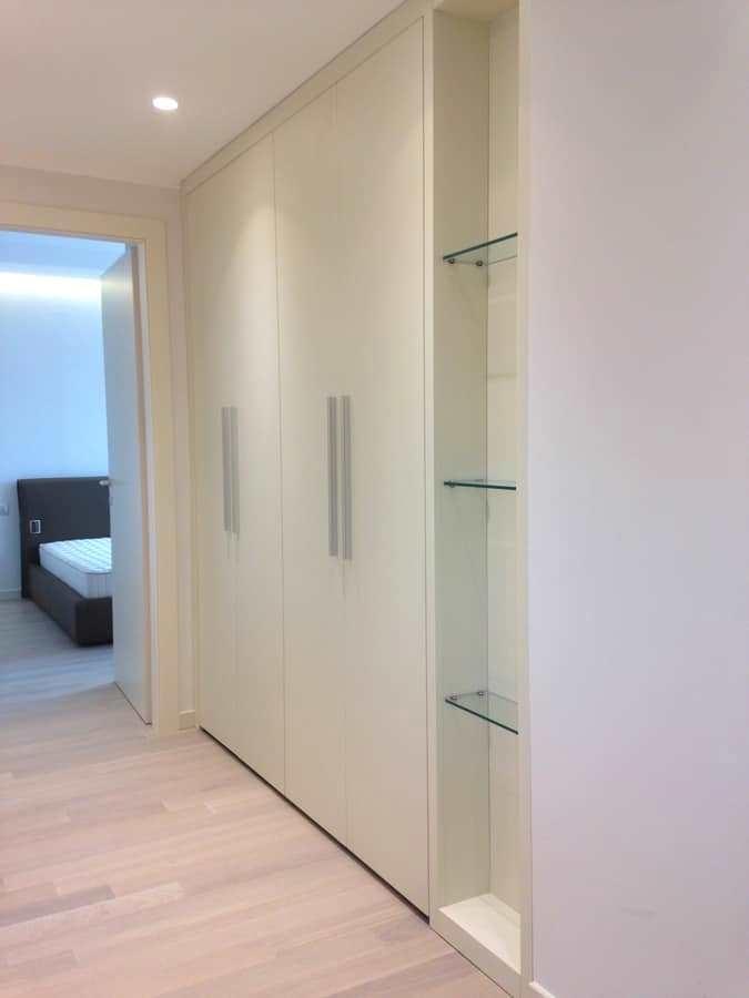 Armadio per corridoio con mensole vetro, di Sala Attilio