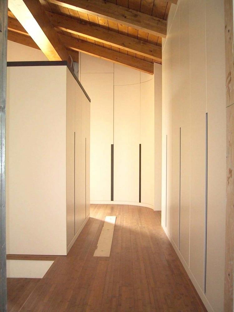 Armadio legno laccato per corridoio in mansarda, di Sala Attilio