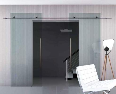 Disimpegno con porte scorrevoli a vetro esterno parete, di MR Art Design