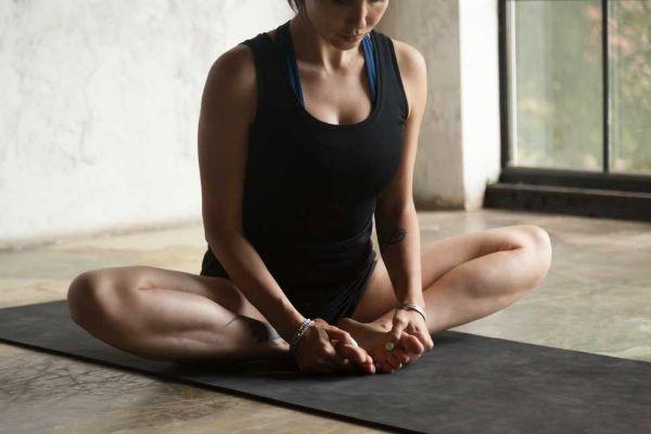 Una stanza tranquilla e lontana da distrazioni è ideale per fare yoga in casa