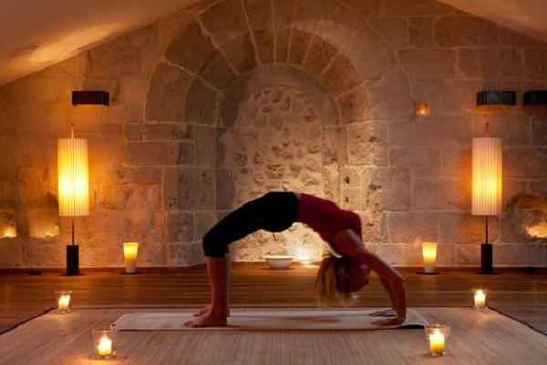 Candele e luci soffuse sono consigliate per fare yoga la sera