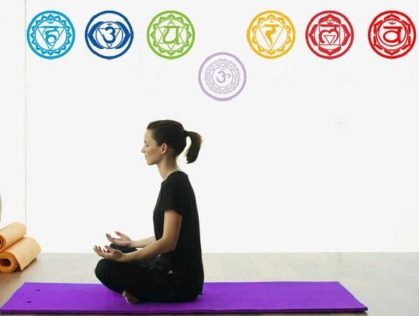 Nella stanza per lo yoga, le pareti si ispirano ai chakra basici