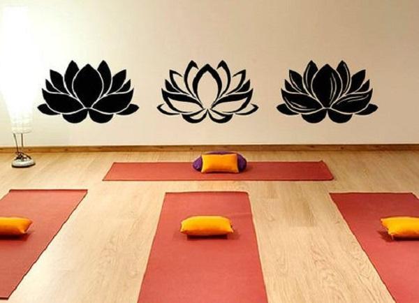 Anche il fiore di loto può essere dipinto nella stanza scelta per fare yoga