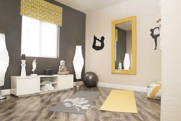 Mobili bassi e cuscini sono consigliati per arredare una stanza yoga